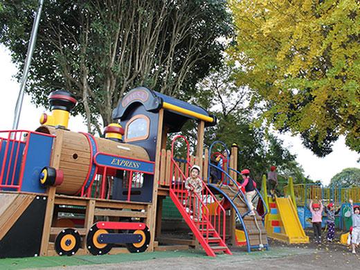 木陰に配置した大型遊具