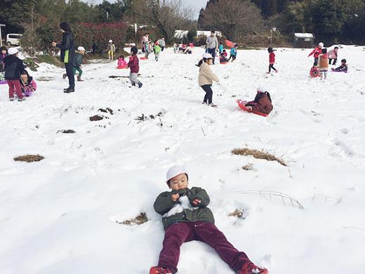 珍しい雪に大はしゃぎ